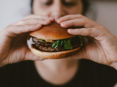 Rauwe hamburger en sompige buikspek
